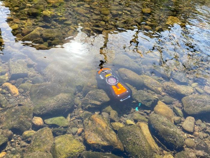水中に沈んだWG-70の写真