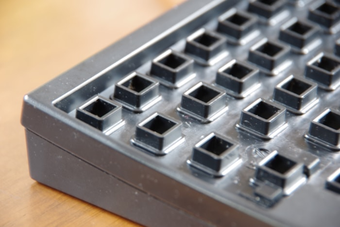 キーを外した掃除後のキーボードのコーナー部分