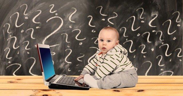 赤ちゃんがパソコンを操作している画像