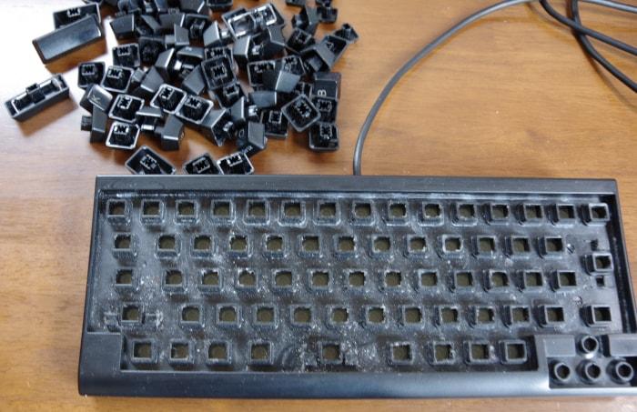 キートップを外したキーボード
