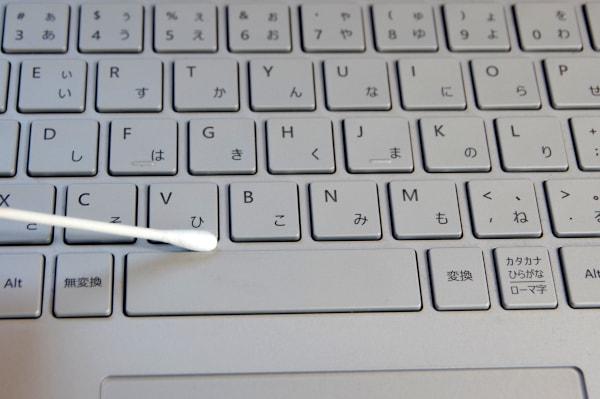 綿棒でキーボードの隙間を掃除する