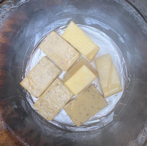 燻製器(スモーカー)にチーズをセット