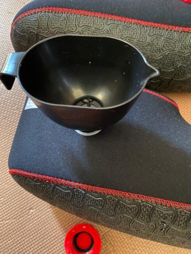 クロッツの履く湯たんぽに湯を入れるところ