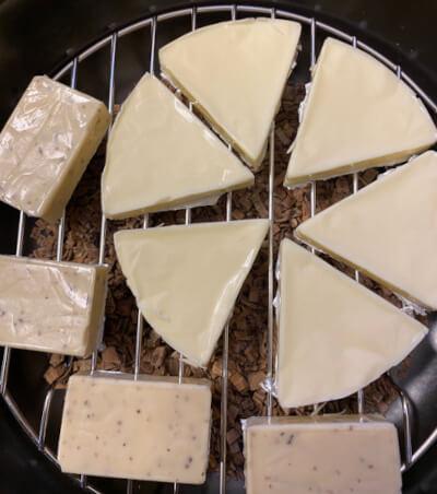 燻製鍋で燻製前のチーズ