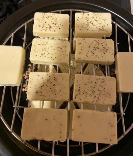 TOCERAMニューセラミックス製燻製鍋で燻製チーズの準備